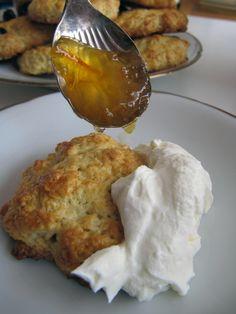 Diesen Sonntag zeigen wir ein einfaches Rezept für Scones, englische Teebrötchen. Dazu serviert man natürlich Clotted Cream mit Marmelade.