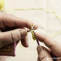 Af Vivian Høxbro (www.viv.dk) Når du skal hæfte ender i domino-strik, kan du med fordel bruge strikkehæftning, som er en teknik hvor du hæfter ender, mens du strikker. Se, hvordan du strikker domino-firkanter her. Læg garnet over fingrene, så den tråd der skal strikkes med, ligger yderstover både pege- og langfinger og den, der skal…