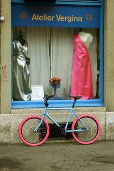 Bici esperando que salgan de la tienda.    #avantumbikes Mixer, Waiting, Store, Colors, Atelier, Stand Mixer
