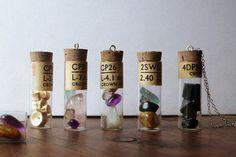 Talisman Cristaux ds fiole ancienne - custom (gemmes au choix - améthyste, pierre de lune, quartz rose, fluorine, labradorite, grenat, etc)