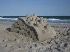 Calvin Seibert brings a modern edge to the building sandcastles with his contemporary castle curation inspired by brutalist and modernist architecture. Rockaway Beach, Colossal Art, Construction, Stage Set, Sand Art, Brutalist, Oeuvre D'art, Installation Art, Mind Blown