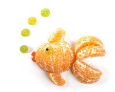 frukt, frukter, mat, fruktstund, göra mat rolig, kreativ mat, pyssel, pyssla, pysseltips, leka med mat, pyssla och lek, familj, barn, barnpyssel, pyssel för barn, familjepyssel, skola, fritids, förskola, jordgubbe, jordgubbar, clementin, vindruvor, fisk, guldfisk