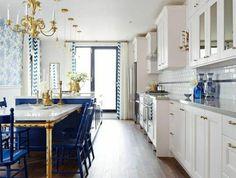table-marbre-blanc-lustre-en-or-chaise-en-bois-bleu-lustre-en-or-sol-parquet