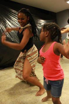 """""""Oficina de Dança Afro"""" na Ação Educativa. Local Rua General Jardim, 660. As aulas serão realizadas semanalmente, às segundas-feiras 19:00 horas , e tem como objetivo promover o desenvolvimento das vivências de dança dos orixás e outros elementos da cultura afro-brasileira. Indicado para todas as idades, o curso prevê a participação de 25 alunos e...<br /><a class=""""more-link"""" href=""""https://catracalivre.com.br/geral/rede/barato/oficina-de-danca-afro-2/"""">Continue lendo »</a>"""
