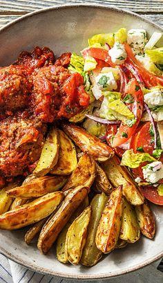Rezept: Bifteki! Griechische Hackbällchen mit Tomatensoße, Kartoffelecken und Salat Leckeres Gericht aus Griechenland mit Hackfleisch und Kartoffeln! Hellofreshde / Kochen / Essen / Ernährung / Kochbox / Zutaten / Gesund / Schnell / Einfach / DIY / Gericht / Blog / Leicht #bifteki #griechisch #griechenland #hackbällchen #hackfleisch #salat #kartoffel #kartoffelecken #hellofreshde #kochen #essen #zubereiten #zutaten #diy #rezept #kochbox #ernährung #gesund #leicht #schnell #einfach