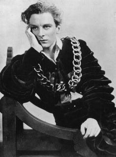 Sir John Gielgud as Hamlet in 1934.he was known for his beautiful speaking of verse and particularly for his warm expressive voice. His colleague Sir Alec Guinness likened it to 'a silver trumpet muffled in silk'