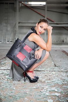 With the innovative Shanks Bag you can easily complete your outfit © alexreinprecht. You Bag, Shank, Fashion Bags, Leather Bag, High Heels, Deep, Purses, Outfit, Accessories