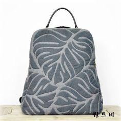 오하라원단으로 만든 아플리케가 엄청 들어간 퀼트베낭이예요. 시간도 넘넘 많이 걸렸어요. 맘에 들어 제가 들고 다닌답니다. 뽐내구요.ㅎㅎ Japanese Patchwork, Japanese Bag, Patchwork Bags, Quilted Bag, Quilt Inspiration, Felt Pillow, Hawaiian Quilts, Diy Purse, Fabric Bags