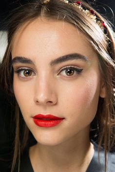 [So you can compare it to that neon-painted building!] [That lipstick is downright blinding, isn't it? I wonder what makes it so intense?] Dolce & Gabbana Spring 2018 Ready-to-Wear Fashion Show Beauty Dolce & Gabbana, Celebrity Faces, Celebrity Beauty, Red Lips Makeup Look, Makeup Looks, Beauty Makeup, Hair Makeup, Hair Beauty, Makeup Brush