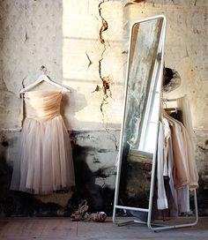 Perfect! For the master bedroom - KNAPPER staande spiegel met ruimte om je kleding op te hangen