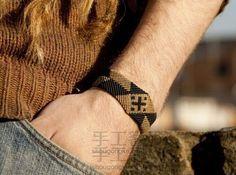 Macrame Tutorial 男士双色手环教程 Macrame Earrings, Macrame Jewelry, Macrame Bracelets, Macrame Bracelet Tutorial, Crochet Bracelet, Macrame Wall Hanging Patterns, Macrame Patterns, Peg Loom, Micro Macramé
