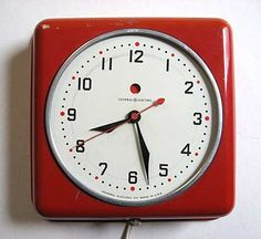 A fine and classic General Electric 1950 Vintage American bright red metal case kitchen wall clock in working condition, 7 1/2 square and 2