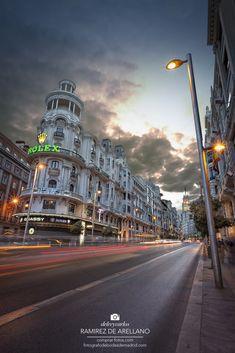 https://flic.kr/p/DTQWNZ | _MG_6352 Gran Vía anochece.jpg 11,1 MB 3744×5616 | Las luces de La Gran Vía y edificio Grassy en Madrid, Luces y estelas de foto de  larga exposición. Lights and La Gran Vía in Madrid Grassy building Lights and trails long exposure photo. Puedes comprar la foto aquí: You can buy a photo here: www.comprar-fotos.com/ www.fotografodebodasdemadrid.com www.facebook.com/pages/Fotografia-de-paisaje-urbano-Madri... www.facebook.com/delreycarlos de Arellano del Rey