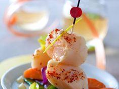 Découvrez la recette Saint-Jacques dans un fumet au laurier vert sur cuisineactuelle.fr.