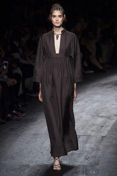 Valentino se inspira en los peplos romanos, complementos más arcaicos de la prehistoria y peinado con aires etruscos.