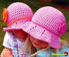 Un sombrero con una flor para las niñas de punto