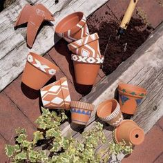 Idea Of Making Plant Pots At Home // Flower Pots From Cement Marbles // Home Decoration Ideas – Top Soop Painted Plant Pots, Painted Flower Pots, Flower Pot Design, Pottery Painting Designs, Decoration Plante, Clay Pot Crafts, Diy Crafts, Plant Decor, Diy Flowers