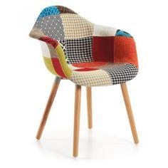 Silla con brazos tapizada en patchwork de tela multicolor. Pies de haya maciza en natural. Pueden existir ligeras variaciones en la combinación de los tejidos que componen el patchwork.