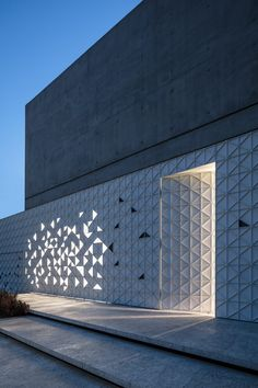 Triangles of light animate perforated aluminium facade of Tel Aviv home by Pitsou Kedem Architects Modern House Facades, Modern House Design, Box House Design, Minimalist Architecture, Facade Architecture, Fasade Design, Pitsou Kedem, Retail Facade, Design Minimalista
