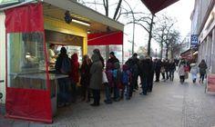 Für Mustafas Gemüsekebap stehen die Kreuzberger auch gerne mal etwas länger an >> Berlin best kebab. At mehringdamm st.