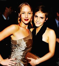 It's Jennifer Lawrence and Emma Watson! Some of my two favorite celebrities standing right next to each other. Love this pic. Natalie Portman, Emma Watson, Teen Poses, Jennifer Lawrence Pics, Classy Women, Classy Lady, Mean Girls, Women Life, Celebs