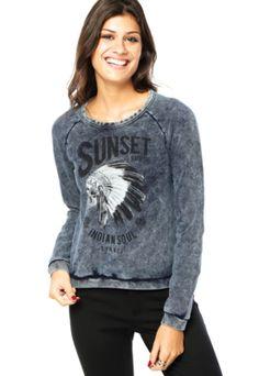 Blusa Sommer Comfort Sunset Azul, com estampa de caveira com cocar e escritos, além de desbotados propositais. Tem modelagem reta, manga longa e decote redondo. Confeccionada em malha 82% Algodão e 18% Poliéster.Medidas: Manga: 73cm/ Busto: 88cm/ Comprimento: 54cm/ Tamanho: P.Medidas da Modelo: Altura: 1,79m / Busto: 87cm / Cintura: 64cm / Quadril: 92cm.