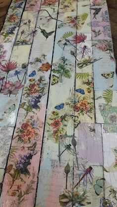 A picnic table - this with an old door and an old .- Ein Picknicktisch – dies mit einer alten Tür und einem alten Metallrahmen, der … › 25 + A picnic table – this with an old door and an old metal frame that … - Decoupage Furniture, Upcycled Furniture, Painted Furniture, Diy Furniture, Decoupage Ideas, Diy Decoupage On Metal, Decoupage Dresser, Bathroom Furniture, Furniture Projects