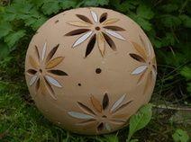 Keramikkugel mit Blüten - gelb/weiß glasiert
