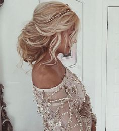 Beautiful Wedding Hair Ideas You'll Want to Do. This beautiful wedding hairstyle is perfect for medium length hair and wedding hairstyles with veil #weddinghairstyles