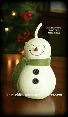 how to paint a snowman looking up on wood diy Elf Christmas Decorations, Christmas Tree Ornaments, Christmas Fun, Nature Crafts, Fall Crafts, Holiday Crafts, Decorative Gourds, Hand Painted Gourds, Snowman Crafts