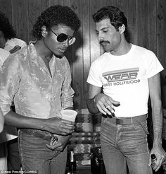 Michael Jackson and Freddie Mercury (in a west hollywood shirt. classico) Michael Jackson and Freddie Mercury (in a west hollywood shirt. Freddie Mercury Michael Jackson, John Deacon, Tony Curtis, Anthony Kiedis, Gary Coleman, New School Hip Hop, Legendary Pictures, Roger Taylor, Danny Devito