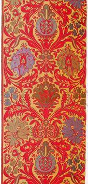 TASSINARI & CHATEL BROCATELLE PAÏVA Brocatelle Régence à motifs composées de fleurs et feuilles d'acanthe, dont le décor aurait été repris pour orner une des pièces du fameux Hôtel de la Païva en 1866 sur les Champs Elysées à Paris. Certaines pièces, dont sa chambre, ont été refaites plusieurs fois.