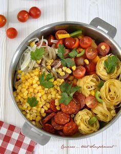 Un plat de pâtes d'une grande simplicité et très gouteux . Ingrédients ( pour 4 personnes ) de tagliatelles poivon vert poivron jaune de Chorizo doux de Maïs égoutté 12 tomates cerise oignon branches de Coriandre s d'huile. Quick Soup Recipes, Vegetarian Recipes Dinner, Healthy Dinner Recipes, Pasta Recipes, Cooking Recipes, One Pan Pasta, Pot Pasta, Pasta Dishes, One Pot Dishes