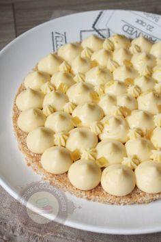 Voilà une recette de Christophe Michalak (pour changer :P) : une tarte au citron sur un biscuit coco reconstitué (une recette diffusée dans l'émission « le gâteau de mes rêves » sur Téva). Une tarte aussi simple que rapide à réaliser (il faut juste laisser le crémeux citron au frigo un certain temps). Ce qui est amusant, … Lemon Recipes, Sweet Recipes, Chefs, Biscuit Coco, Fun Desserts, Dessert Recipes, Savory Cheesecake, Patisserie Design, Desserts With Biscuits