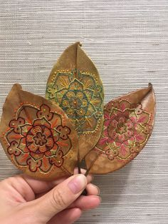 This is an on going collection of hand embroidered magnolia leaves. All of the illustrations for the embroideries are mine, all the leaves are real, and are handled carefully and preserved to last. This is something that I explored back in and began… Embroidery Leaf, Embroidery Stitches, Embroidery Patterns, Leaf Crafts, Fall Crafts, Arts And Crafts, Bordados E Cia, Embroidered Leaves, Deco Nature