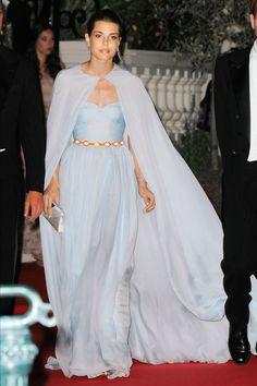 Vestidos com capas para convidadas e madrinhas | O blog da Maria. #casamento #vestidos #capas #acessórios #convidadas #famosas #CharlottedoMónaco