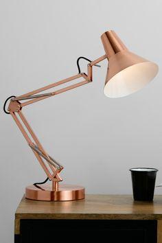 Bronx Tischlampe in gebürstetem Kupfer. Das Design der Bronx Kollektion erinnert an klassische Schreibtischleuchten und bringt elegantes City-Flair in dein Zuhause.