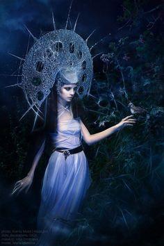 """Māra é a deusa de mais alto escalão na mitologia letã , a Mãe Terra, uma contrapartida feminina a Dievs ( Deus ). Ela pode ser pensada como o lado alternativo de Dievs, pode ter sido também a mesma deusa de Lopu māte , Piena Māte (Mãe do Leite), Veļu Māte (mãe das almas / espíritos ), Zemes Māte e muitas outras """"mães"""", como Madeira, Água, Mar, Vento. Māra também é retratado na mitologia letã como a deusa da boa fortuna"""