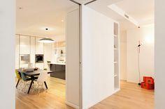 Il sistema di pannelli scorrevoli che dividono gli spazi della zona giorno nell'appartamento a Milano ristrutturato da Wisp Architects.