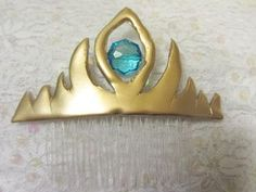 I've seen the movie Frozen three times in theaters so far. I just love the movie, but cringe every time I watch Elsa throw away her tiara. I love how simple and yet fancy the tiara is, so I decided to make a tutorial for it that is just as simple. Elsa Frozen, Disney Frozen, Frozen Crown, Disney Jr, Disney Style, Frozen Birthday Party, Frozen Party, Disney Costumes, Cosplay Costumes