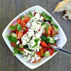 Dieser schnelle Schopska Salat mit Tomate, Gurke, Paprika und Feta steckt voller toller Aromen - perfekt zu Brot oder zu gegrillten Fleisch.
