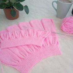 Hava yağmurluysa yapılacak en güzel şeylerden biridir örgü❤ . . . . . #örgüetek #bebekörgüleri #kızbebek #etek #elemegi #göznuru #ellerimleördüm #örmeyiseviyorum #örmek #örgü#nakoileörüyorum #knitt #knit #knitting #handmade #hülyaörmeyiseviyor