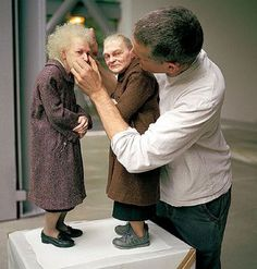 Realistic Sculpture, Mini & Maxi by Sculptor Ron Mueck What are these two ladies looking at? Sculpture Images, Human Sculpture, Clay Sculptures, Wood Sculpture, Fondation Cartier, Wow Art, Art Plastique, Oeuvre D'art, Installation Art