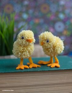 Pompones de lana, 5 manualidades divertidas Cómo hacer pompones de lana fáciles. 5 manualidades con pompones de lana para niños. Aprende a usar pompones de lana en tus manualidades.