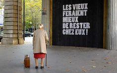 """""""Les vieux feraient mieux de rester chez eux"""" : un street art choc par La Croix-Rouge"""