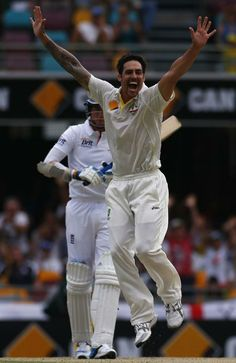 Australia's Mitchell Johnson (R) appeals for a successful wicket of England's Stuart Broad during the fourth day's play of the first Ashes cricket test match in Brisbane November Cricket Test Match, Cricket Bat, Cricket Sport, Cricket News, Steve Waugh, Adam Gilchrist, Ashes Cricket, Mitchell Johnson, Cricket