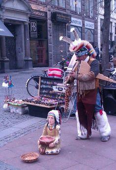 Der er altid nogen der optræder på Strøget. F.eks. Gademusikanter i indianerkostume, dansetrupper, gøglere eller andet underholdende.