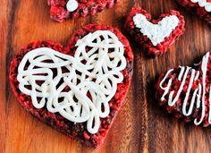 Hoy te compartimos la receta de un delicioso postre de chococrispis con bombón para regalarle a tu novi@. Son muy ricos y fáciles de hacer.