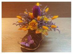 Dekorace ze sušených květin v proutěné botě - fialová + žlutá
