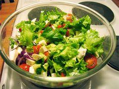 Raikas mozzarella salaatti Mozzarella, Lettuce, Salads, Vegetables, Food, Essen, Vegetable Recipes, Meals, Yemek
